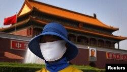 Một nhân viên quét dọn tại Cổng Thiên An Môn trong thủ đô Bắc Kinh