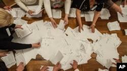 Thành viên ủy ban bầu cử kiểm phiếu sau khi phòng phiếu ở Donetsk đóng cửa, 11/5/14