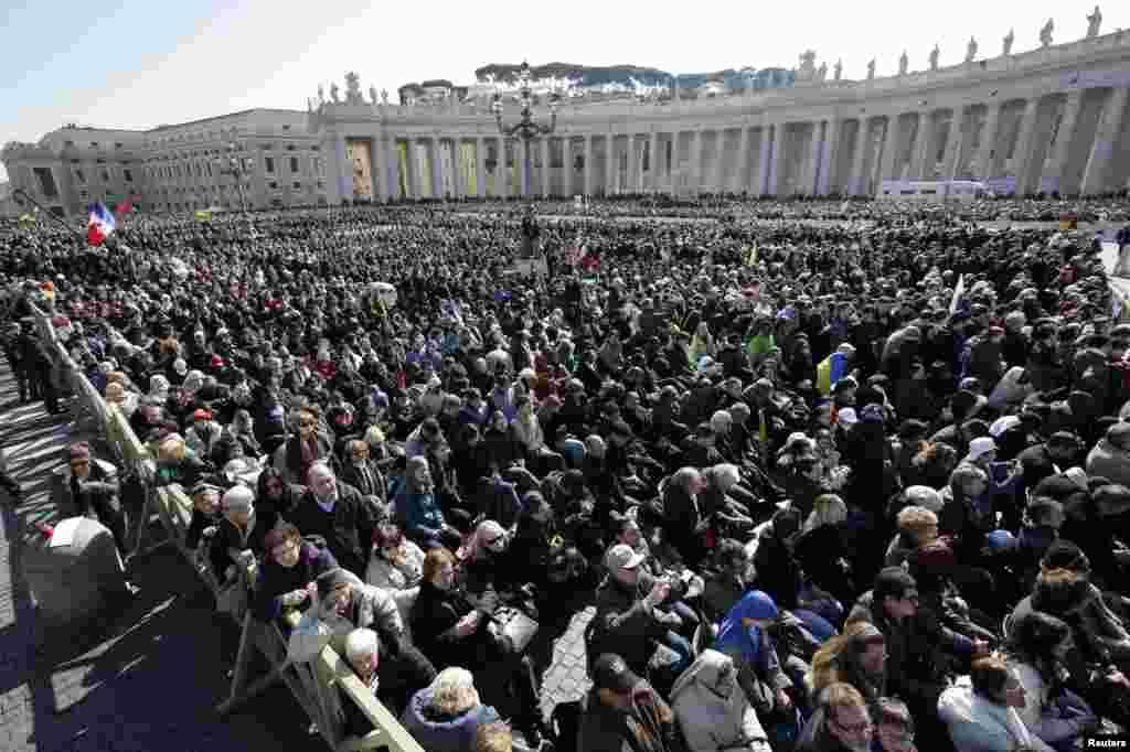 2013年2月27日信眾聆聽教宗本篤16世在聖伯多祿廣場舉行最後一次公開接見信眾活動時的講話。
