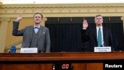 Dua diplomat tinggi AS George Kent (kiri) dan Duta Besar Bill Taylor diambil sumpahnya sebelum memberikan kesaksian dalam sidang dengar pendapat pemakzulan Presiden Trump, Rabu (13/11).