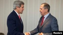 11月23日克里与俄罗斯外长握手合影