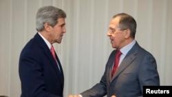 11月23日克里与俄罗斯外长握手合影。