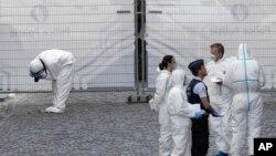 Chuyên gia pháp y khám nghiệm hiện trường vụ nổ súng ở Bruxelles, Bỉ, ngày 24 tháng 5, 2014.