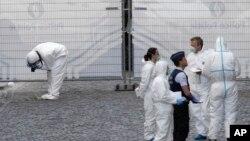 벨기에의 과학수사요원들이 24일 총격 사건이 벌어진 유대인 박물관 주변을 조사하고 있다.