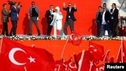 Президент Турции Реджеп Тайип Эрдоган и его супруга, Эмине Гульбаран, на массовом митинге в Стамбуле, Турция. 7 августа 2016 г.