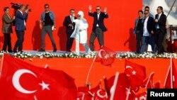 Presiden Turki Recep Tayyip Erdogan dan istrinya Emine Gulbaran dalam sebuah kampanye partai berkuasa AKP di Istanbul (7/8). (Reuters/Osman Orsai)