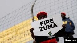 南非首都宪法法院外要求祖马下台的反对派支持者(2017年5月15日资料照)