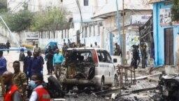 Petugas keamanan berkumpul di lokasi ledakan bom mobil bunuh diri di persimpangan jalan dekat kediaman presiden, di Mogadishu, Somalia, 25 September 2021. (Foto: REUTERS/Feisal Omar)
