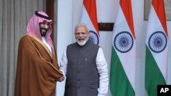 인도를 순방 중인 무함마드 빈 살만 사우디아라비아 왕세자(왼쪽)가 20일 나렌드라 모디 인도 총리를 만나 악수하고 있다.