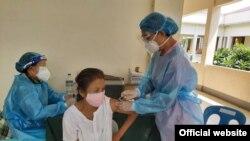 စစ္ေကာင္စီ က်န္းမာေရးဌာန၏ ကာကြယ္ေဆးထုိးအစီအစဥ္အရ ေဆးထိုးခံေနသူတဦး။ (စက္တင္ဘာ ၅၊ ၂၀၂၁)