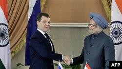 Tổng thống Nga Dmitry Medvedev (trái) bắt tay Thủ tướng Ấn Ðộ Manmohan Singh sau cuộc họp báo chung tại New Delhi, ngày 21/12/2010