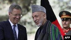 Tổng thống Afghanistan Hamid Karzai (giữa) nói chuyện với Tổng thống Đức Christian Wulff sau 1 cuộc họp báo chung tại Kabul, Afghanistan, 16/10/2011