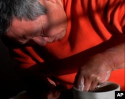 Cliff Lee blends his Asian heritage with his technical training to create flawless porcelain objects.