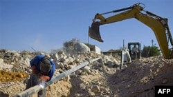 Một người đàn ông Palestine làm việc ở một công trường xây dựng khu định cư Do Thái tại Bờ Tây, 27/9/2010