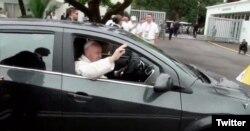 El Papa sale de la Nunciatura en Bogotá para viajar a Villavicencio. Pidió sentarse junto al conductor y que le abran la ventana para saludar a los fieles. Sept.8, 2019. Foto: @papacol.