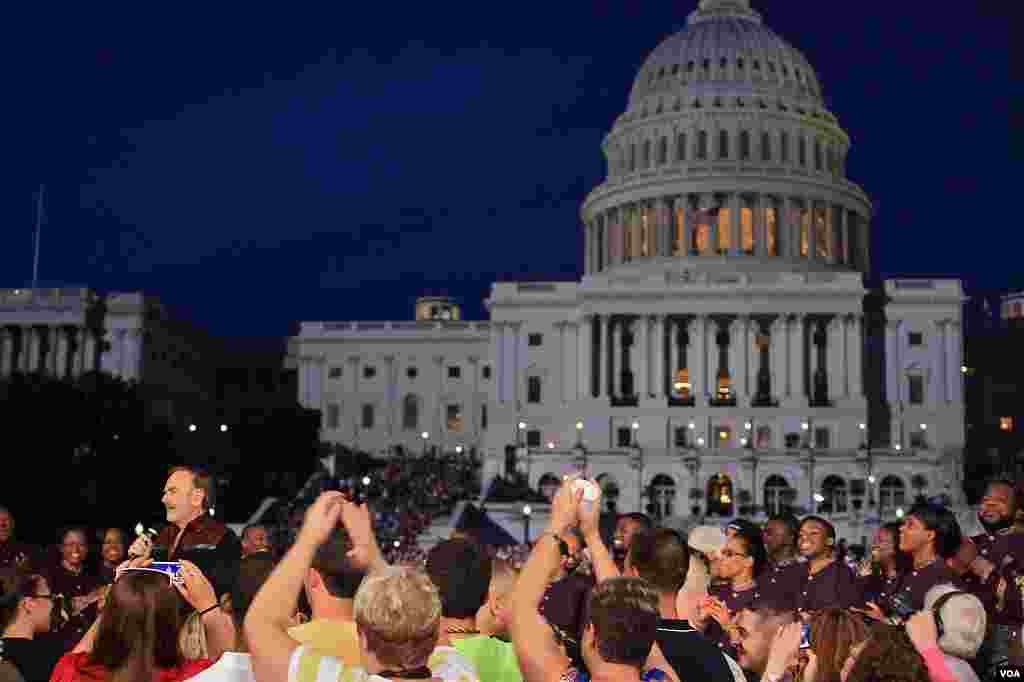 "The crowd cheers for Neil Diamond at the rehearsal for ""A Capitol Fourth"" in Washington, July 3, 2012 (W. Workinger/VOA)"