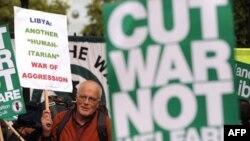 Người biểu tình phản đối chính phủ Anh tham gia vào các vụ đánh bom ở Libya, London, 16/5/2011