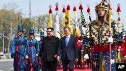 2018年4月27日,在南北邊界的板門店停戰村舉行的歷史性會晤歡迎儀式上,南韓總統文在寅和北韓領導人金正恩一起行走。