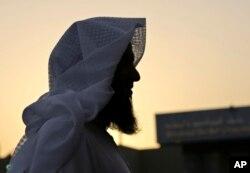 Badr al-Enezi berdiri di halaman pusat rehabilitasi Mohammed bin Nayef Center di Riyadh, Arab Saudi.