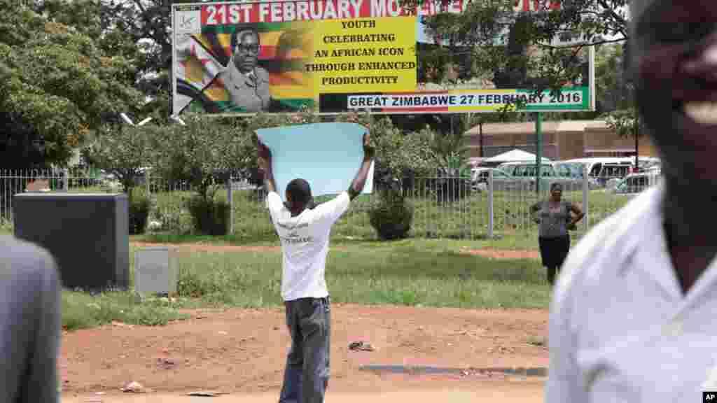 Un membre de la famille de Itai Dzamara prend partà une manifestation à Harare pour réclamer des informations sur le militant d'opposition disparu il y a un an, le 9 mars 2016.