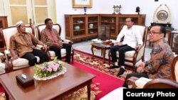 Dua pemilik warung yang dijarah massa dalam demonstrasi dan kerusuhan 21-22 Mei, Abdul Rajab dan Ismail, diundang Presiden Jokowi ke Istana Merdeka, Jumat sore (24/5). (Courtesy: Setpres RI)