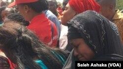 Des femmes pleurent les lycéennes de Chibok que Boko Haram a enlevées, à Abuja, Nigeria, 15 novembre 2017.