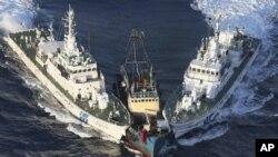 Dua kapal pengawal pantai Jepang mengelilingi perahu aktivis Tiongkok (tengah) yang berusaha menuju kepulauan Senkaku yang disengketakan (foto: dok).