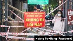 """Một điểm phong toả ở khu vực """"vùng xanh"""" ở phường Kim Liên của Hà Nội. Thủ đô Việt Nam bị truyền thông quốc tế gọi là """"nhà tù lộ thiên"""" trong khi quốc gia Đông Nam Á bị xếp hạng thấp nhất thế giới về phục hồi từ đại dịch."""