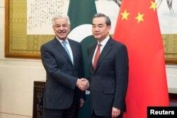 왕이 중국 외교부장(오른쪽)과 카와자 무하마드 아시프 파키스탄 외무장관이 지난 9월 중국 베이징에서 양자회담을 가졌다.