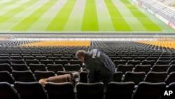 Jugadores y policías se preparaban para celebrar este miércoles el partido aplazado en medio de una intensa seguridad.