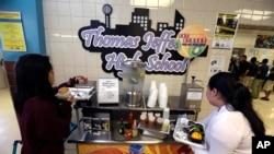 Según la Asociación de Nutrición Escolar, las cafeterías de las escuelas han gastado aproximadamente cuatro millones de dólares en frutas y vegetales.