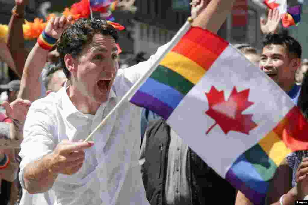 នាយករដ្ឋមន្រ្តីកាណាដាលោក Justin Trudeau ចូលរួមជាមួយអ្នកគាំទ្រសហគមន៍អ្នកស្រឡាញ់ភេទដូចគ្នានៅក្រុង Toronto ខណៈពេលមានការដើរក្បួនដ៍ធំជាងគេបង្អស់មួយនៅក្រុង Toronto រដ្ឋ Ontario កាលពីថ្ងៃទី២៣ ខែមិថុនា ឆ្នាំ២០១៩។