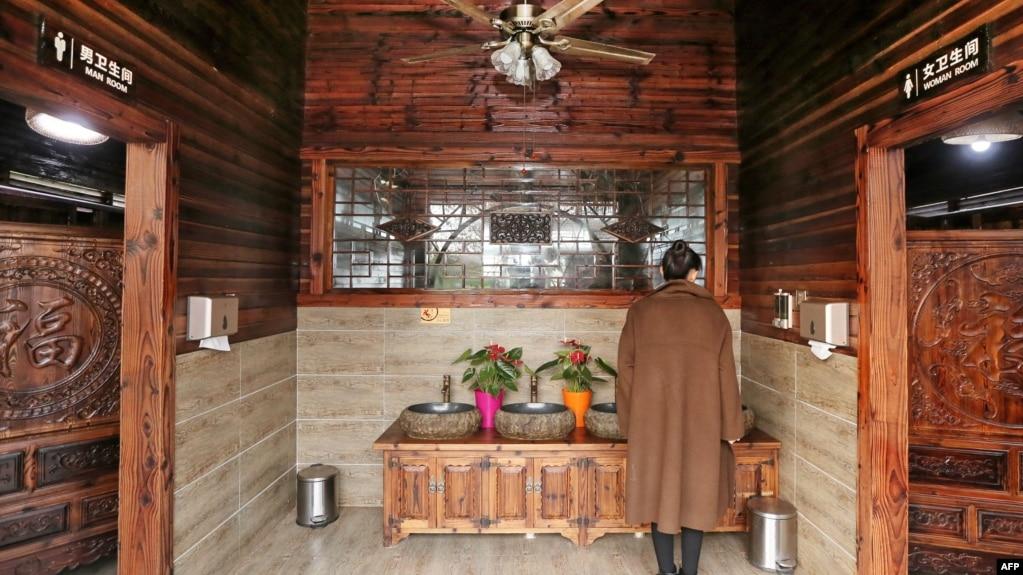 """2017年12月4日,中国江苏省南通市一个公园内的厕所。""""厕所革命""""原本是中国最高领导人习近平2015年针对旅游景区不卫生的公厕条件发起的一场改造举措。截至2018年2月,中国政府已投入210亿元兴建和改造城市和农村的6万8000个公厕。"""