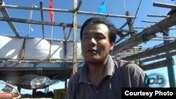 Ngư dân từ Đà Nẵng kể chuyện bị tàu cá có vỏ sắt của Trung Quốc đâm bể tàu gỗ.