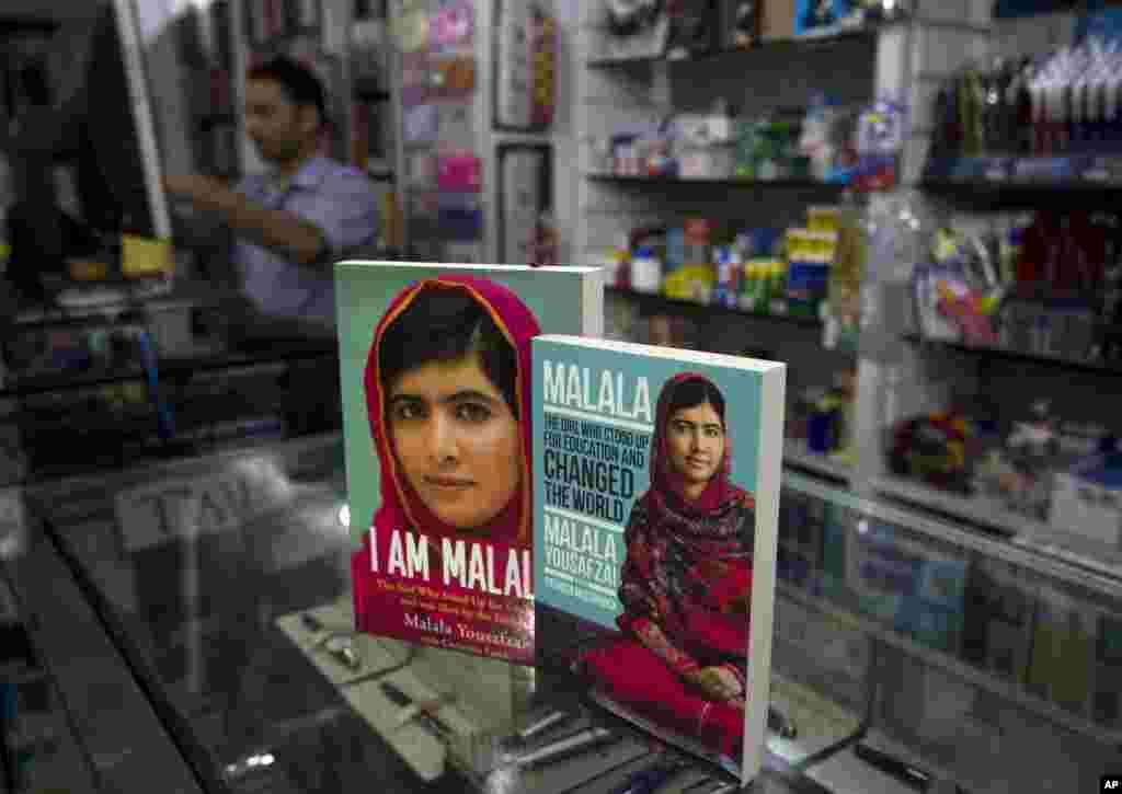 សៀវភៅរបស់ម្ចាស់ពានរង្វាន់ណូបែល Malala Yousafzai ដែលនៅរស់រានបន្ទាប់ពីមានការវាយប្រហារពីក្រុមតាលីបង់ ត្រូវបានដាក់តាំងបង្ហាញនៅក្នុងហាងសៀវភៅមួយកន្លែងក្នុងទីក្រុងអ៊ីស្លាម៉ាបាដ។