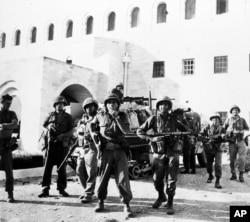 آرشیو - ششم ژوئن ۱۹۶۷، عکس سربازان اسرائیلی در خانه دولت در بخش قدیمی شهر اورشلیم، پس از گرفتن کنترل آن از نیروهای اردنی در جنگ شش روزه را نشان می دهد.
