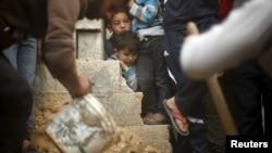 İsrail saldırısında ölen 10 yaşındaki Yasin Ebu Kussa'nın cenazesini izleyen çocuklar