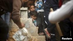 男孩们看着巴勒斯坦兄妹丧生的地方(2016年3月12日)