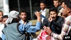 ایک حوثی باغی دارالحکومت میں احتجاج کرنے والے ایک شخص کو دھمکا رہا ہے