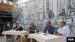 """Učesnici tribine """"Prognani ili slobodni"""", u sklopu """"Male Nušićijade"""", u beogradskom Dorćol placu, 18. avgusta 2018. (Foto: Veljko Popović, VOA)"""
