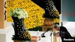 អធិរាជជប៉ុន Akihito លំឱនកាយនៅទីសក្ការៈក្នុងពេលរក្សាភាពស្ងៀមស្ងាត់នៅក្នុងការប្រារព្ធពិធីរំលឹកខួបទី៧៣ នៃការចុះចាញ់របស់ជប៉ុន ក្នុងសង្គ្រាមលោកលើកទី២ នៅសាល Budokan ក្នុងទីក្រុងតូក្យូ ប្រទេសជប៉ុន។