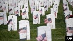 Zastave SAD na groblju u Arlingtonu povodom Dana sećanja