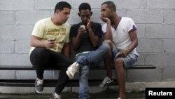 Cada día es más común encontrar a cubanos con acceso a internet inalámbrico.