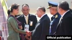 ႏုိင္ငံေတာ္ အတိုင္ပင္ခံ ပုဂိၢဳလ္ကို ထုိင္း ဒုတိယ ဝန္ႀကီးခ်ဳပ္Prawit Wongsuwanက ဒြန္ေမာင္း ေလဆိပ္မွာ လာေရာက္ႀကိဳဆိုစဥ္ (သတင္းဓာတ္ပံု - Myanmar State Counsellor Office)