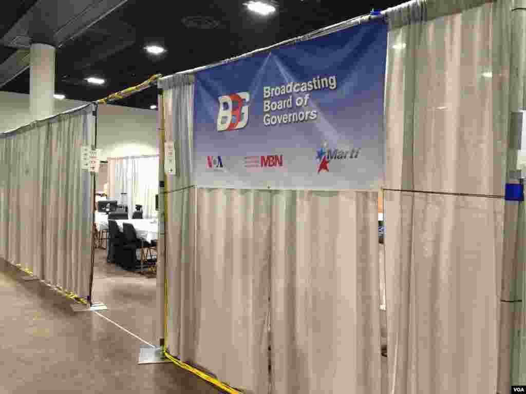 'Kantor' sementara VOA, Al-Hurra dan MartiTV di arena konvensi, Tampa Convention Center (Ade Astuti/VOA).