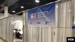 Kantor sementara VOA, Al-Hurra dan MartiTV di arena konvensi, Tampa Convention Center (Ade Astuti/VOA).