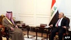 伊拉克总理新闻办公室2017年2月25日发布的图片显示,伊拉克总理阿巴迪(右)同沙特外交大臣朱拜尔在巴格达举行会晤。