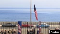 ABŞ Dövlət katibi Con Kerri Birləşmiş Ştatların Kubada, Havanada səfirliyi qarşısında Amerika bayrağının ucaldılması mərasimində