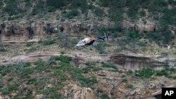 直升机在东弗德河上空徘徊,搜救人员仍在寻找暴洪后的失踪者。(2017年7月16日)