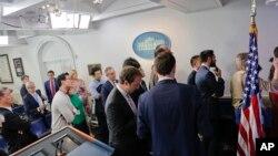 지난달 24일 백악관 출입기자단이 숀 스파이서 백악관 대변인의 기자회견에 참석하기 위해 대기하고 있다.